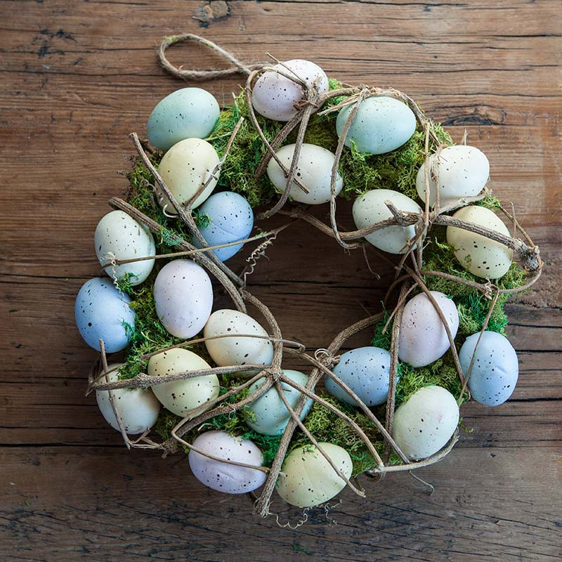 Wianek wielkanocny dekorowany jajeczkami i mchem