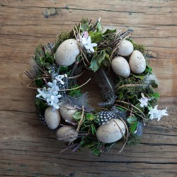 WIANEK wielkanocny z mchem, kwiatami i piórkami 25cm