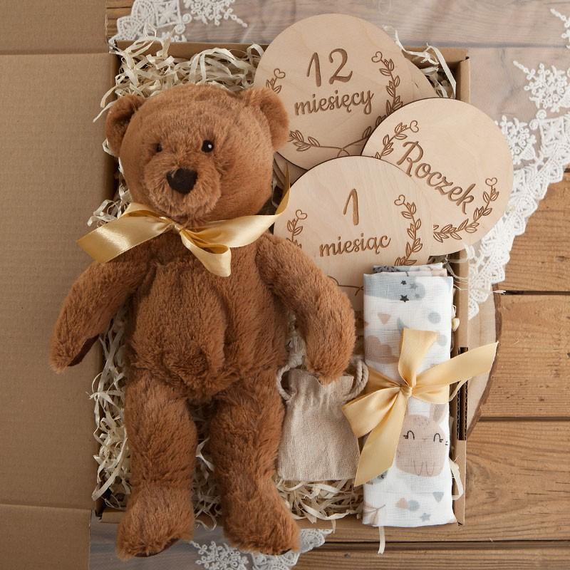Kosz prezentowy na narodziny dziecka z maskotką i tabliczkami do zdjęć