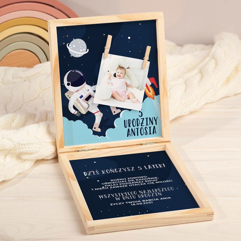 Życzenia urodzinowe dla chłopca w pudełku z astronautą