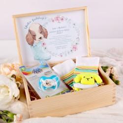 GRATULACJE Prezent na narodziny dziecka Skarpetki z pieskiem + smoczek DLA CHŁOPCA W SKRZYNI