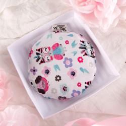 GRATULACJE Prezent na narodziny dziecka TERMOFOREK z pestek wiśni w białym pudełku DLA DZIEWCZYNKI