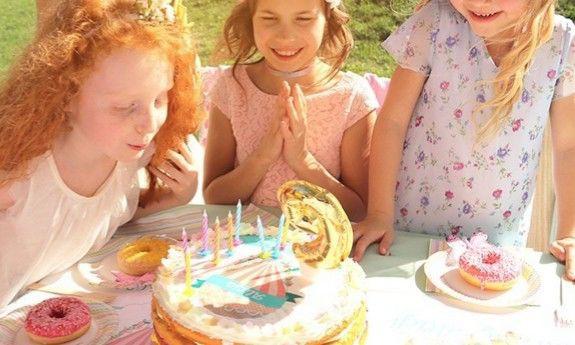 Świeczki i figurki na tort