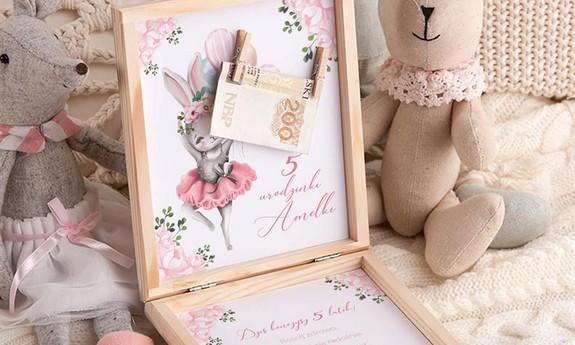 Życzenia urodzinowe i kartki w pudełku