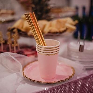 Kubeczki i talerzyki różowe na roczek dziewczynki