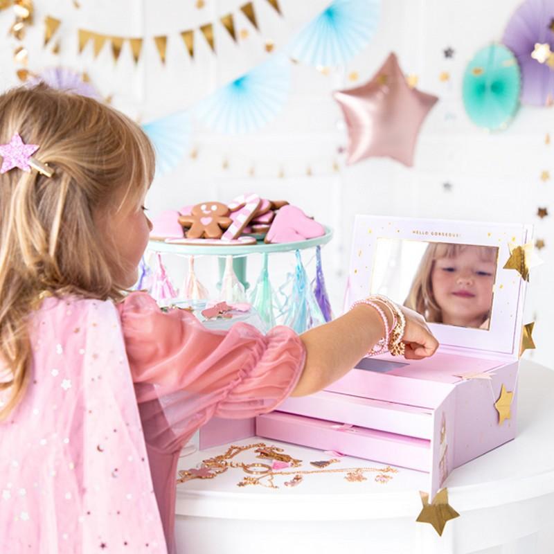 Prezent świąteczny dla dziewczynki w postaci kalendarza adwentowego z biżuterią
